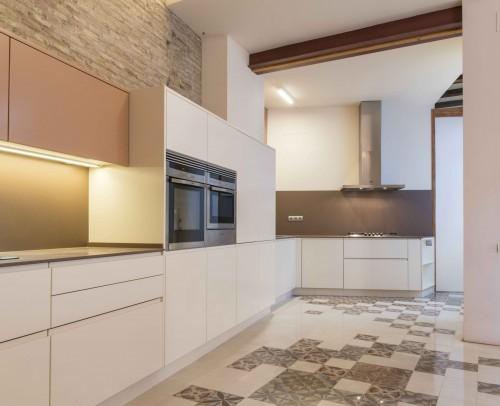 Vista de la integración de la cocina principal con la cocina de servicio