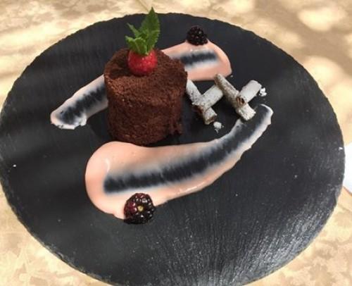 terciopelo de chocolate con corazón de tamarindo y salsa de bitter