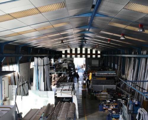 Área de fabricación con una superficie total de 1500 m2 .