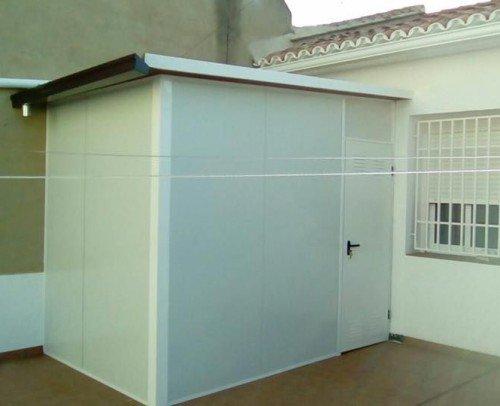 Cerramiento con panel de hierro y techo teja hierro.