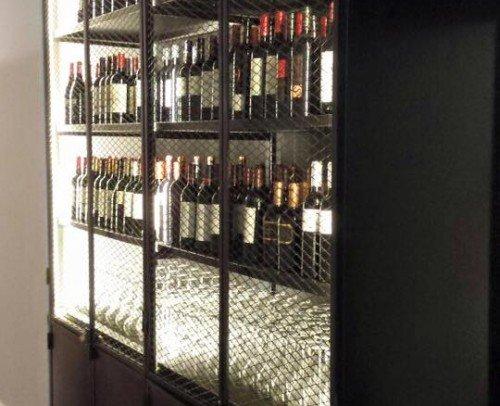 Estante vinoteca con puertas abatibles