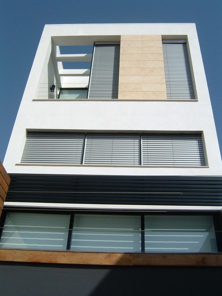 Vivienda medianera al1 residencial nu o arquitectos for Fachadas de casas modernas entre medianeras